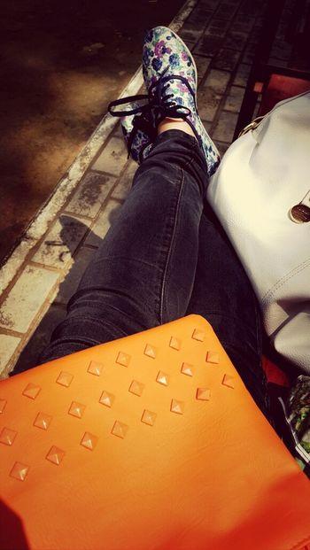 сумка обувь джинсы скамейка