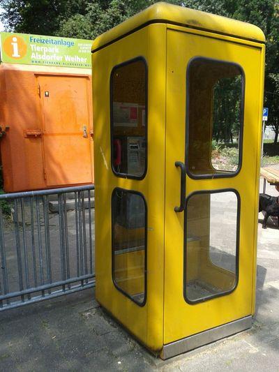 Hier steht sogar noch eine gelbe Telefonzelle. Sieht man nur noch selten. Taking Photos Architecture Streetphotography Outdoors
