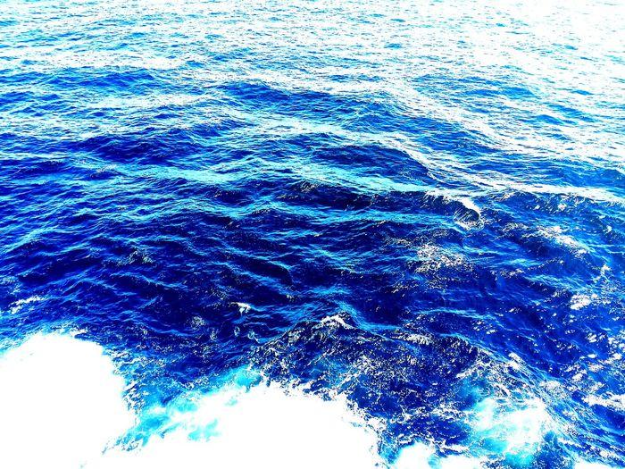 游轮摄海,蓝也。