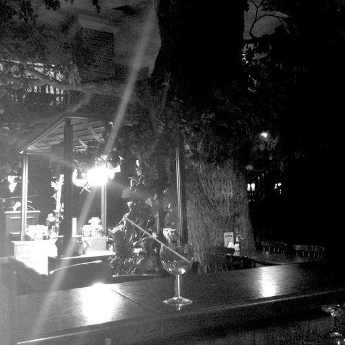 Ночной ресторан  еще красивее.