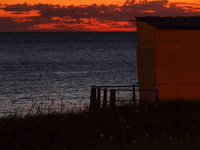 Arde el cielo sobre el río ancho como mar Sunset Sunsetlovers Sunsetporn Sunset_madness Sky Horizon Clouds Beach Coast Gazebo Landscape Peace Igers_gallery Igersuruguay Igersoftheday PuntaGorda Barriosdemdeo Audiovisualuruguay