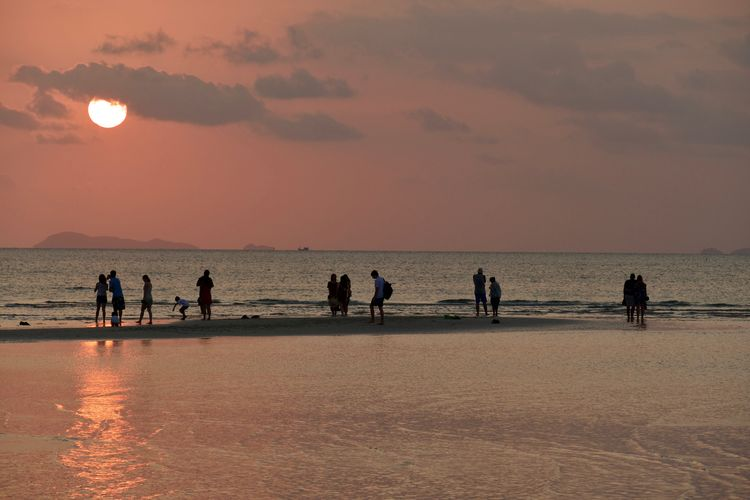 Group Of People Sea Sky Water Sunset Beauty In Nature Real People Beach Scenics - Nature Land Leisure Activity Nature Silhouette Orange Color Crowd Large Group Of People Horizon Over Water Lifestyles Horizon Outdoors Relaxing Moments Koh Samui,Thailand Seaside Sea And Sky Evening Sky Holiday Moments Travel Destinations