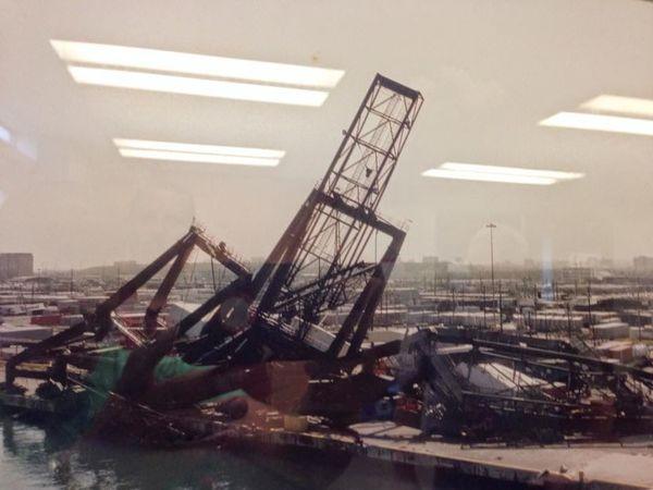 Parte del estrago que hizo el hurracan hugo en puerto rico zona portuaria .