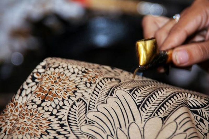 "Batik Solo Proses pembuatan kain batik di Solo masih menggunakan cara tradisional, hal inilah yang membuatnya lebih bernilai. Ayo ikutan challenge @tsel4u & @instamakassar hadiahnya bisa jalan"" ke Takabonerate @berebaukabbong @rwahyu49 @achielsdemons Pinrang (kota asal) Instamakassar Simpati Godiscover Tsel4u Tseltakabonerate Tsel4uW1"