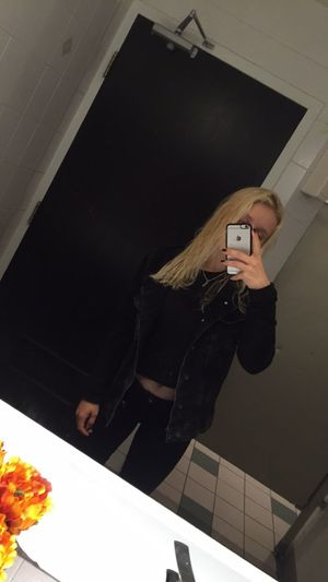 Ranzige Toilette + All Black Everything