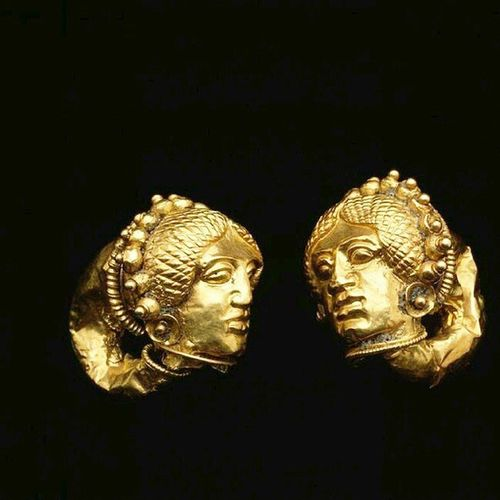 Pair of Gold Earrings with Female heads, Etruscan ,Date mid-5th century B.C. courtesy Dallas Museum of Art Jewellery Jewelry Ancient Ancientjewelry Antropology Accessories Inspiration Jewelblog Jewelrylover