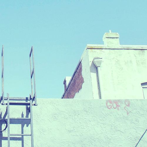 The Meeting Place! Ladder Roof Rooftop Minimalism Graffiti Taking Photos Architecture Hello World Streetphotography Eye4photography  EyeEm Best Shots Walking Around Minimal Minimalist Green Blue Blue Sky Wall Vscocam