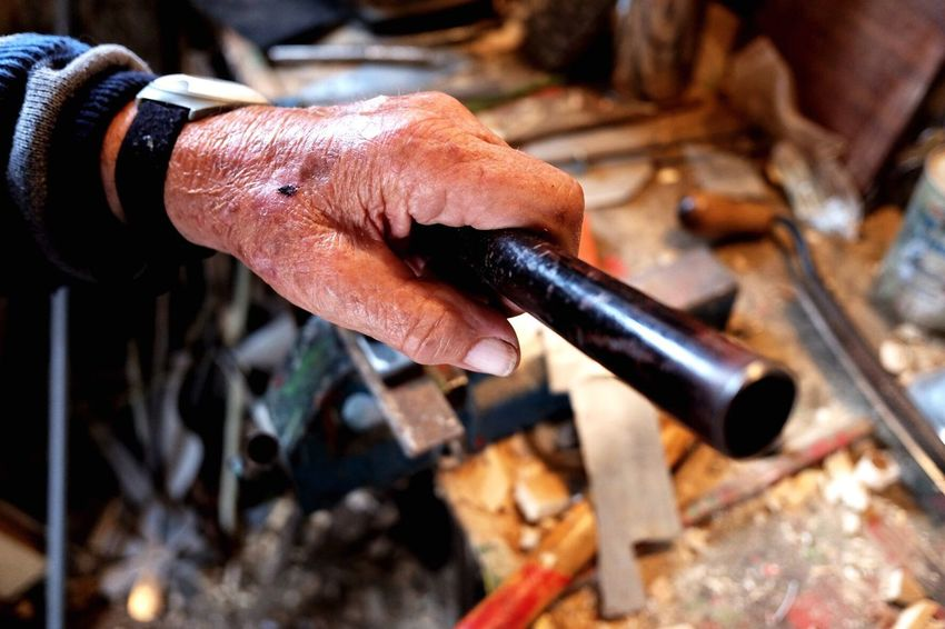 Grandpa is 87 and hardly able to walk, but he never stops graving. Grandpa Grandparents Handwork Handcraft Opa Old Hands Working Hands Handmade Selfmade Gravings DIY Long Goodbye