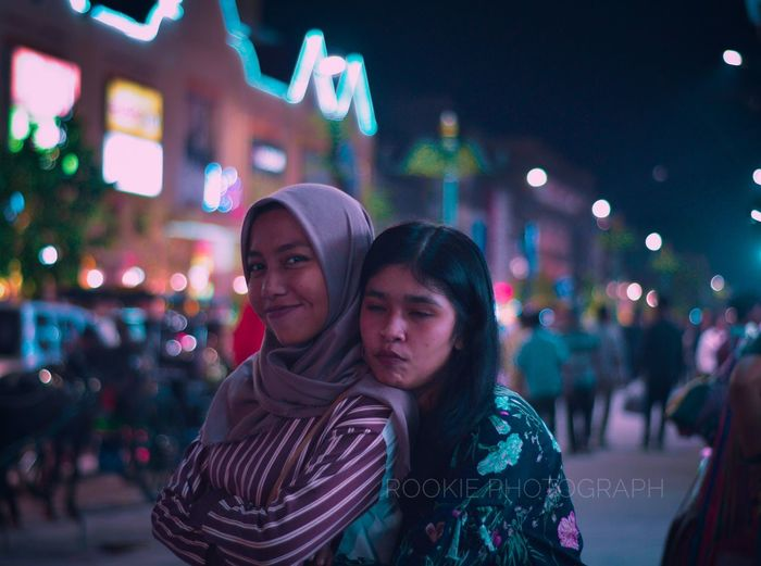 Smiling tell to me. Smiling Young Women Malioboro Yogyakarta INDONESIA Indonesian Culture Awesome Indonesia Lifestyles Hijabstyle  Blurry Blue And Red Rookie Photography City Illuminated Portrait Men Togetherness Women Bonding Nightlife Friendship Girlfriend Neon Disco Lights Mid Adult Couple Bauble Flirting Dating Romantic Activity