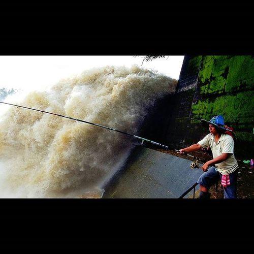 Orasah seneng di wei iwak e, matursuwun yen di paringi gaman e... 😆 Fishing River Fishing Time Mobilephotography Photography Photographer