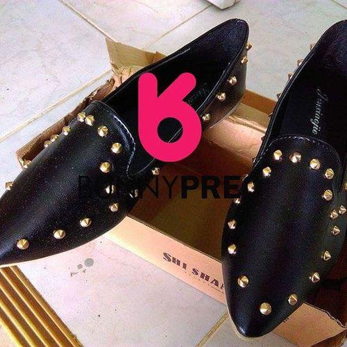 ขายของแปปนึง รองเท้าหนัง สีดำ ปักหมุด เท่เวอร์ เก๋ๆ 350 บาท size 36-40 สนใจเพจนี้เลย Bunnypreo Bunnypreorder