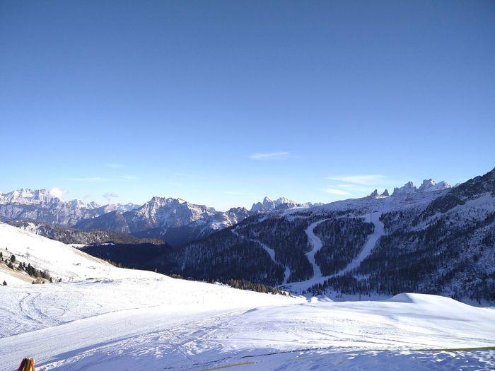 #montagna #neve #bianco #emozioni Tree Mountain Snow Cold Temperature Winter Polar Climate Blue Snowcapped Mountain Clear Sky Pine Tree Ski Slope Ski Holiday Ski Pole