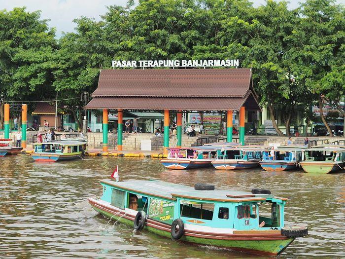 Pasar Terapung Banjarmasin Banjarmasin Tree Water Nautical Vessel Moored Pedal Boat Lake Houseboat Architecture Tourboat Dock Longtail Boat Port Water Vehicle Recreational Boat