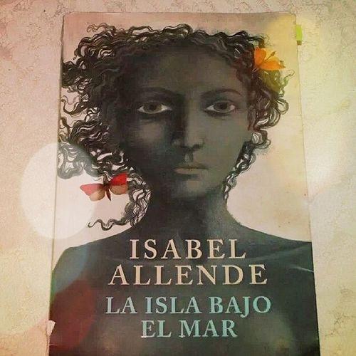 Volviendo a leer un viejo libro mientras junto dinero para unos nuevos :) Laislabajoelmar IsabelAllende Reader Book