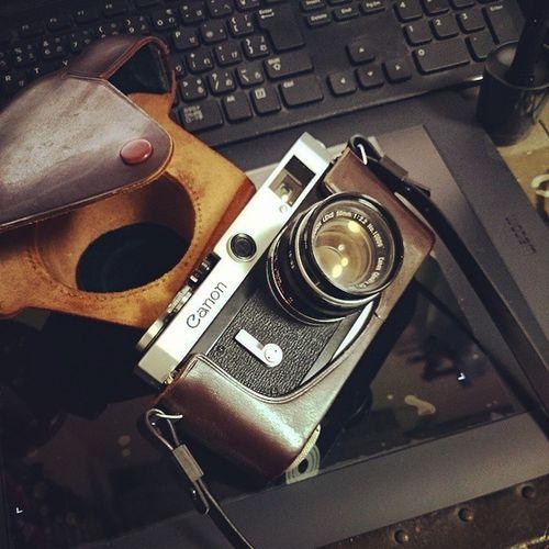 やばい。 キヤノンPの露出計なくした。 セレン電池だから変なとこ転がってたら寿命が奪われていく…。 CanonP CanonPopulaire キヤノンP キヤノンポピュレール Rangefinder レンジファインダー 50年以上前のやつ レストア済み 父上からもらったやつ 速写ケースの白いのは光 懐かしのスカイライトフィルター ふぃるむカメラ