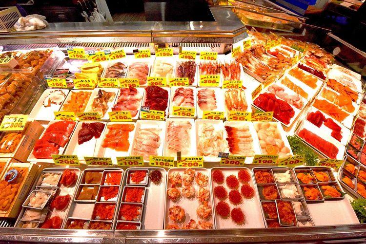勝手丼 北海道釧路市の和商市場が誇る名物丼 好きな物を好きなだけ 白飯を購入したら後は欲望のままに乗せてください 【わっしょいわっしょい】という活気あふれる掛け声と「和して商う」ことが語源の和商市場 人を楽しませようというホスピタリティを感じる観光客に優しい楽しい市場 特有の温かい人柄の市場は初めて 市場といえば、職業柄か戦場のようなイメージが強かったです 優しい市場もいいですね #勝手丼 #かってどん #北海道釧路市 #和商市場 #丼 #名物 #和して商う #わっしょい #釧路 #釧路グルメ #釧路市 #北海道 #北海道旅行 #北海道グルメ #北海道へ #優しい市場 #道東 #道東グルメ #道東カメラ部 #道東旅行 #道東の旅 #道東写真部 #道東めぐり 和商市場 Food Food And Drink Arrangement Freshness Retail  Choice Variation For Sale No People High Angle View Still Life Abundance Indoors  Large Group Of Objects In A Row Sweet Food Unhealthy Eating Multi Colored Indulgence Order