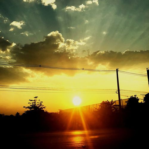 The Sun Among The Clouds Among The Trees Smog In The Sky Smog Polution Cloud Pollution In My World Sunset_collection Sun ☀ Sun Rays Sun Reflection