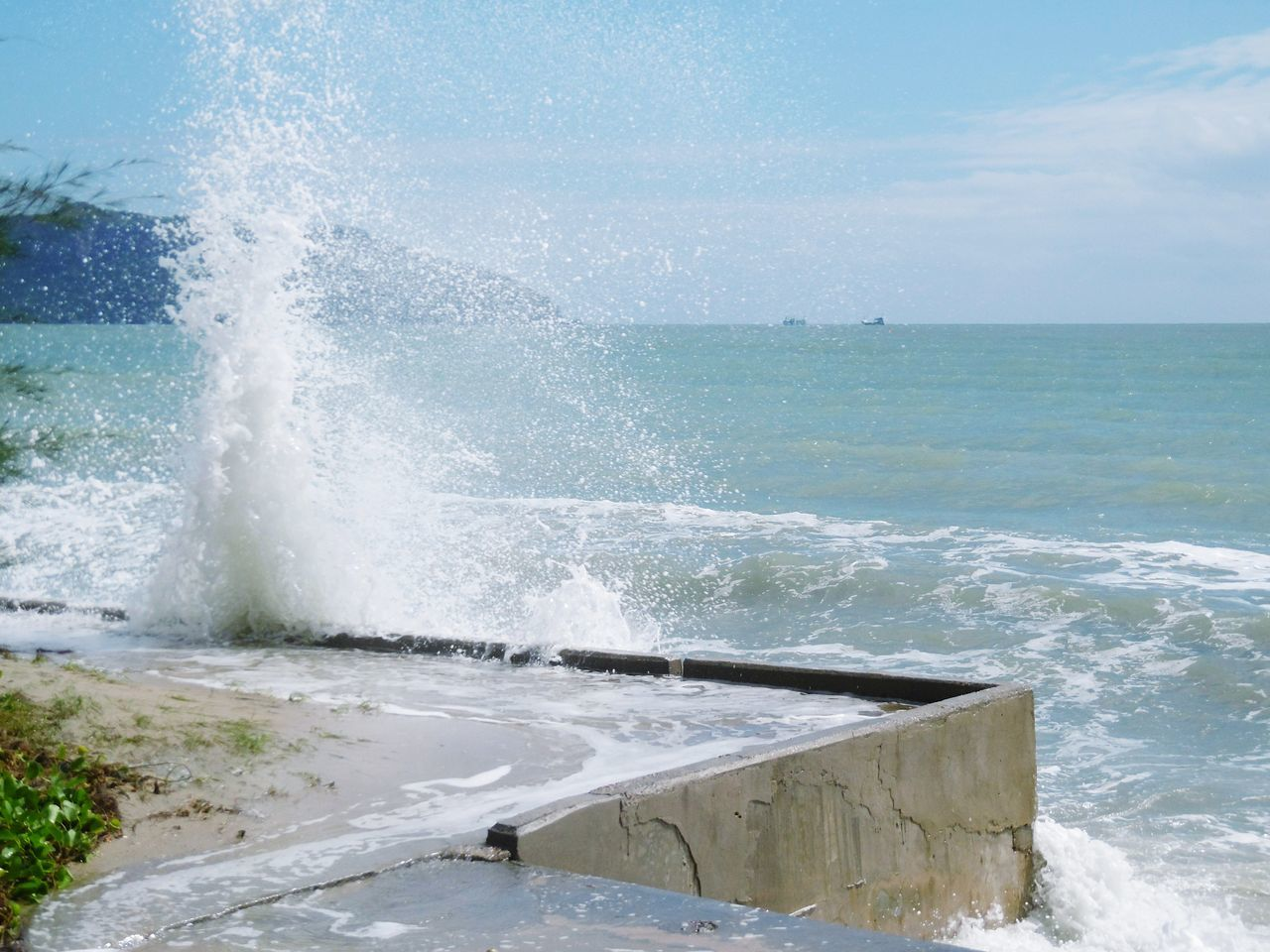 sea, water, motion, nature, horizon over water, force, beauty in nature, splashing, power in nature, scenics, day, outdoors, wave, no people, sky, crash