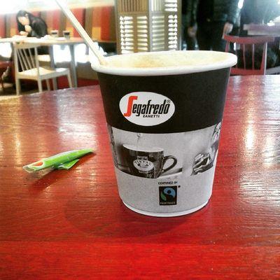 Un cafe mientras espero y oyendo en este cafe latino la salsa de fondo de Gilberto Santa Rosa no tiene precio este sabor en Amsterdam