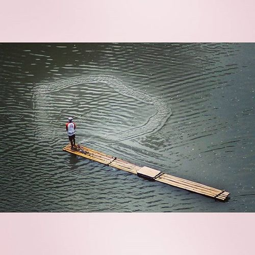 Perfect fishing net throw. Fishingnet Catcingfish Bambooboat River Citarum Ngecrik Ngalalauk Cianjur Humaninterestphotography Humaninterest Huminesia Photooftheday