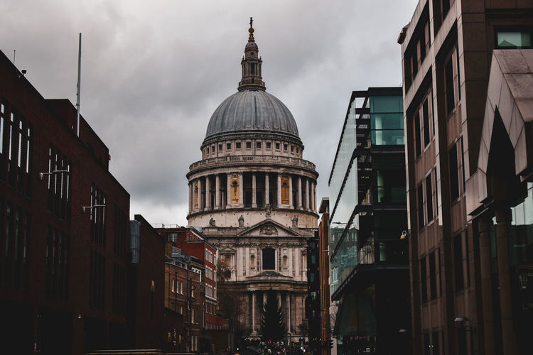St. paul cathedral in london. low angle view of buildings in city against sky