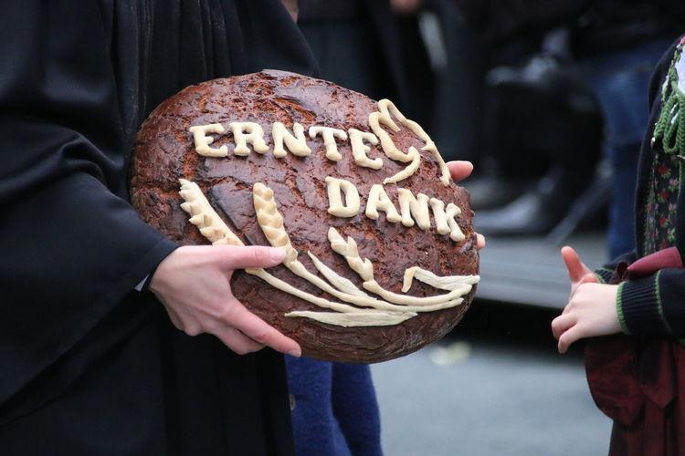 Das Brot wird am Erntedankfest dem Bürgermeister der Stadt überreicht Bread Traditional Food Tradition Thanksgiving Human Hand Holding People Human Body Part Outdoors Day Close-up 50 Ways Of Seeing: Gratitude