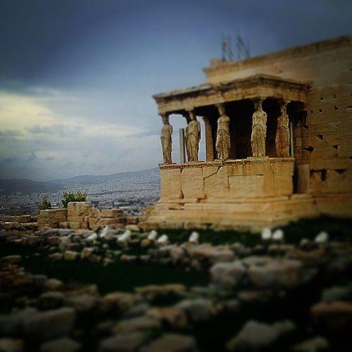 Αιώνες τωρα περιμένουν,μαρμαρωμένες τη δικη σου αγκαλια.Να σου θυμίσουν το όνειρο ... Ancientgreece Karyatides Longago Lifo lovehuglosedreamsinstalxAthensmagicmonumentpastsightseengskyafter noon