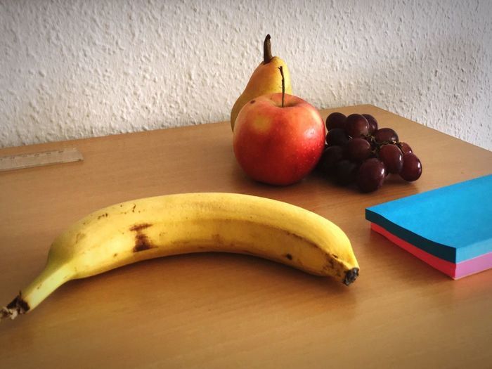 Stillleben mit Post-its Group Of Fruits Apple Grapes Pea Banana Post-its Fruit Healthy Eating Food Banana Freshness Still Life No People Table Indoors  Close-up Group Of Objects Yellow