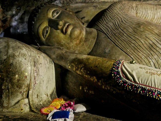 Buda reclinado , 14 metros de largo, en estado Paranirvana o paso final. Budha Budha Temple Budhist Temple Buddhism Spirituality Flower Statue Ancient Civilization Sculpture Art And Craft Close-up