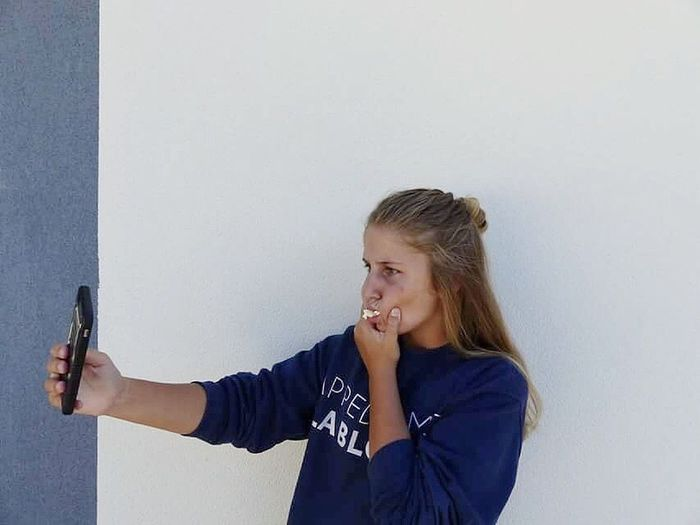 Pop-corn. Girl Popckorn Selfie ✌ Selfie Portrait Autoportrait Sweater Mobile Conversations Mobile Cellphone Portable Women Around The World