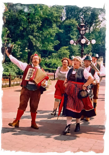 Musiker Celebration Cultures Dancing De Efteling Full Length Happiness Leisure Activity Lifestyles Musical Instrument Musician Outdoors Real People Smiling Standing Togetherness Tradition Tree Young Adult Young Women