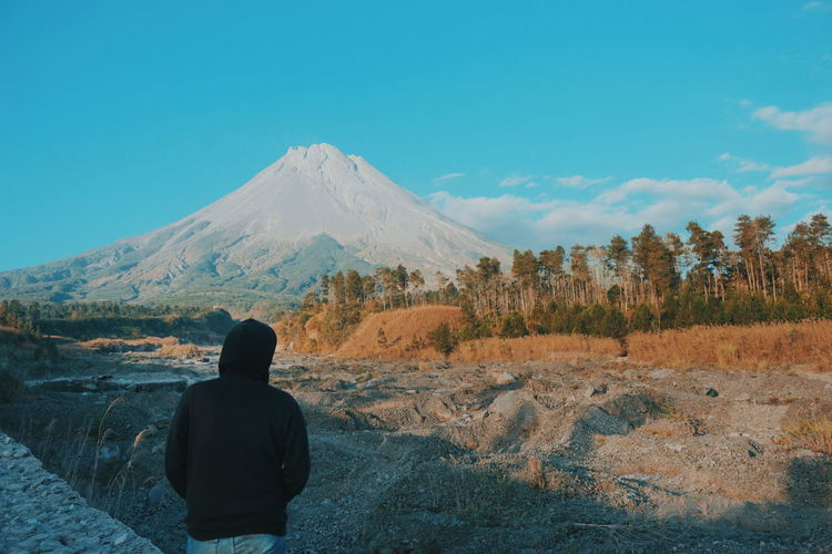 Traveler Mountain #indonesia_photography #indonesiatourism #Yogyakarta #bali #indonesia #photography #Bali #jawatengah #jawa_barat #Nature  #jawa #merapi #travelling #travel #travelphotography #urbanana: The Urban Playground Tree Mountain Snow Rear View Sky Landscape Cloud - Sky Volcanic Landscape Volcanic Rock Volcano Lava Erupting Snowcapped Mountain Volcanic Crater Kilauea EyeEmNewHere