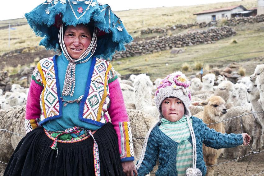 Hat Peru Peruvian Clothes Peruvian Culture Woman And Child Alpacas Peruvian Peruvian Costume Peruvian Culture Peruvian Hat Peruvian Weaver Peruvian Woman Peruvian Woman And Child Peruvian Woman With Kid Quechua Quechua Culture Quechua Weaver Quechua Woman South America