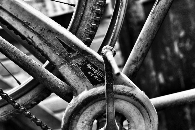 同样是人,为什么有的人要让自己活得像狗 Bicycle Rack Bicycle Stand Bicycle Chain Rust Close Up Black And White Bicycle Canon 6D 男仔很忙