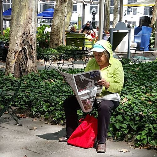 Caught this with my Galaxy6 Bryantparknyc Bryantpark Colorofnewyork Colors Colores Sundaymorning NYC Nycpeople Streetportrait Streetcinema