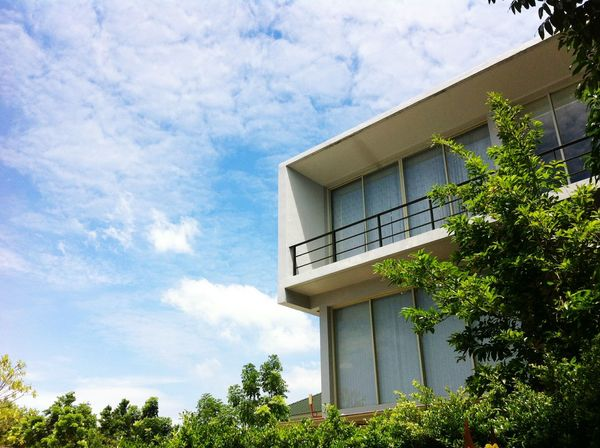 modern architecture in garden blueskyBlue Sky Bluesky Modern Home Plant Tree Leaves Outdoors Building Exterior Clouds And Sky Sky Leaf House Home Mobilestock Sky And Clouds Modern Modern Architecture Garden Modern House Architecture Nature