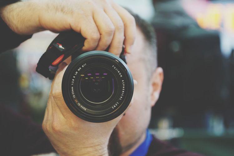 EyeEm Selects Human Hand Technology Photography Themes Men Camera - Photographic Equipment Holding Photographing Close-up Digital Single-lens Reflex Camera Lens - Eye Optical Instrument