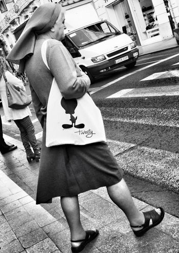 Awww, the poor kitty cat! He faw down and go. Tweety Blackandwhite Streetphotography Sister
