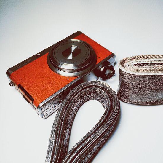 Piensa en Silver colour Busca tu propio estilo #retro #vintage .. Elige la manera de llevar tu #camera #longstrap #correa #review #nosvemosenlastiendas . Elige la opción que más se ajusta a tus necesidades #leather ? #ecoleather ? by #nanodelarosa Enjoying Life Moda Taking Photos Longstrap
