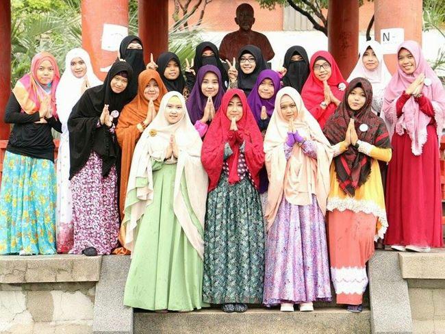 Assalamualsikum Warrohmatullahi Wabarokatuh😇 We Are Indonesian Muslimah In Taiwan. Collected Community I'm Proud To Be Muslim Enjoying Life Photography Friendship Hijab Syar'i Muslimah Indonesian Hijabers Holiday at 228 Peace Memorial Park