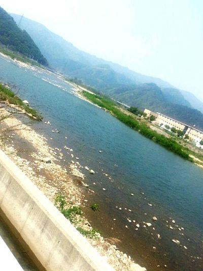 계곡 길 옆 파란 물들