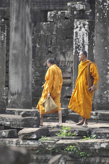 moines dans le temple d'Angkor Cambodge Monument Paysage Personnage Religion Travel Unesco Vestige