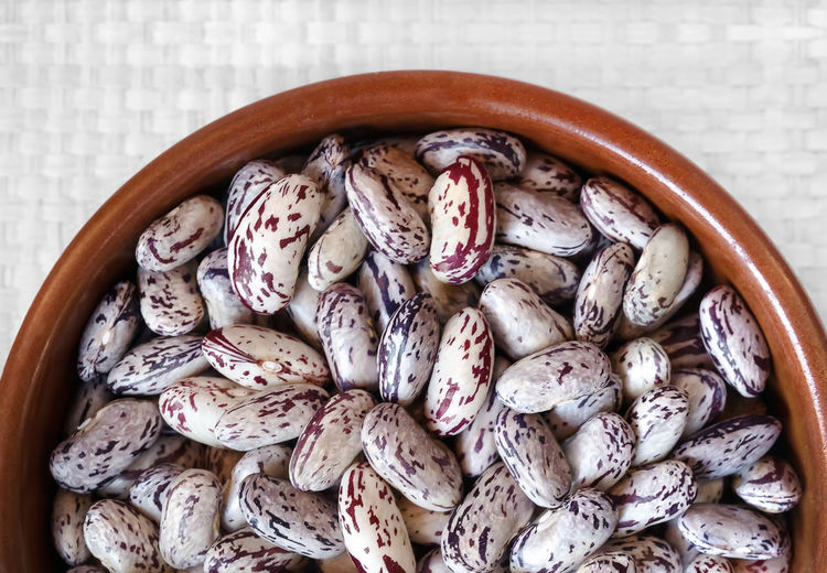 Bowl full of raw beans, on white background. View from above. Agriculture Bowl Close-up Day Food Food And Drink Freshness Healthy Eating Indoors  Légumes No People Nutrition Organic Food Preparate Raw Seed Uncooked Vegetable Vegetarian