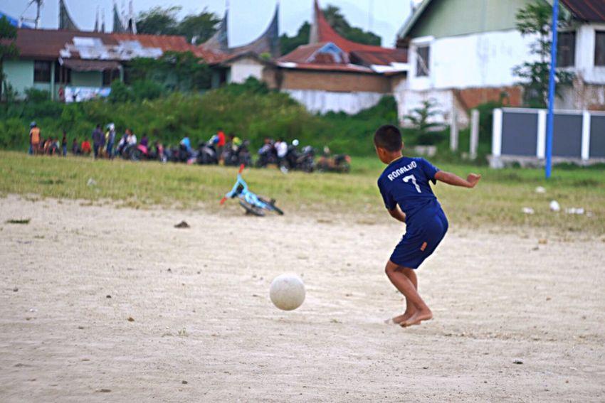 ronaldo is back Xm1 Fujifilm_xseries Helios 44-2 58mm F2 Soccer Soccer Ball Boys Ball Kicking Sport Playing