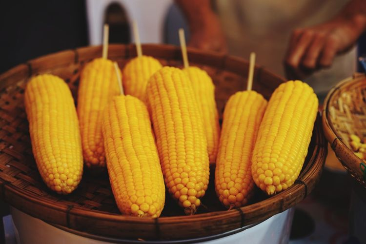 Boiled Steam Corn Market Vegetable Corn On The Cob Healthy Lifestyle Variation Close-up Food And Drink Sweetcorn Stall Fish Market Starter Concession Stand For Sale Salted Farmer Market Retail Display Street Food Market Stall Display Corn - Crop Street Market