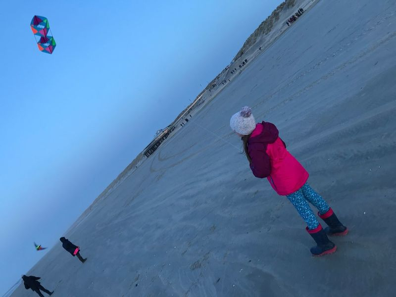 Drachensteigen Girl Ameland Beach Kite Cold Temperature Winter Real People Nature Sky Snow Leisure Activity Day Sport Lifestyles Holiday Unrecognizable Person Outdoors Vacations Trip Clear Sky HUAWEI Photo Award: After Dark