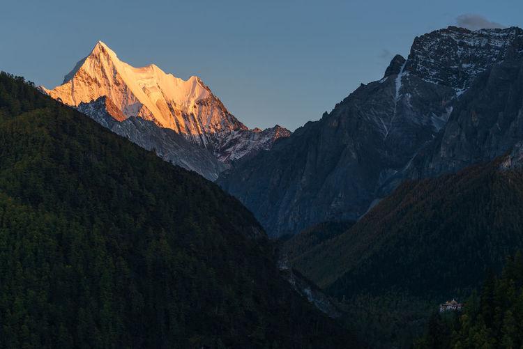 Xia nuo duo ji mountain in yading during sunset