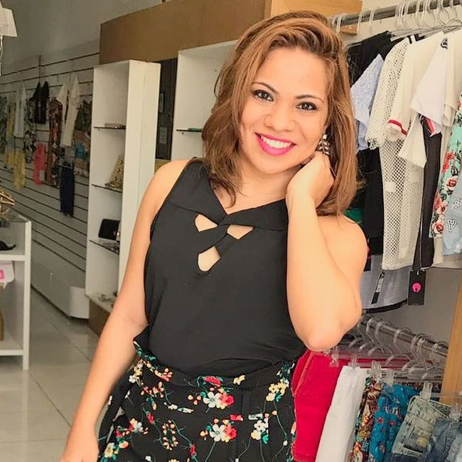 Lookdehoje TBT  Fashion SORRISO ツ  Adults Only Only Women Adult One Woman Only Mid Adult Looking At Camera One Person Portrait Smiling Store People Mid Adult Women Fashion Front View Indoors  Choice Retail  Business Finance And Industry Standing Choosing