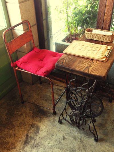 老闆娘 縫紉機 桌子 等一個人咖啡