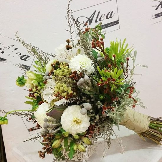 "Los ramos de inspiración silvestre han sido de los más demandados esta temporada junto con los románticos de rosas inglesas. Este es el que llevó Tere este fin de semana para decir ""sí quiero "" Alea Bridalbouquet RamoDeNovia Bodas Bride Celebration Wedding Boda Sposa Bouquet Novia Novias Blanco Luxuryweddings Destinationweddings Silvestre Dahlias Flores Flowers Fleurs Fiori Blumen Mazzodifiori Bouquetsposa Vigo spain galifornia instavigo lovemyjob"